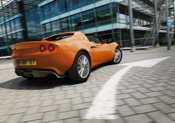 Elise1.6 Rr3Qtr Orange in the city