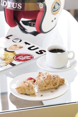 Lifestyle Helmet Magazine Croissant